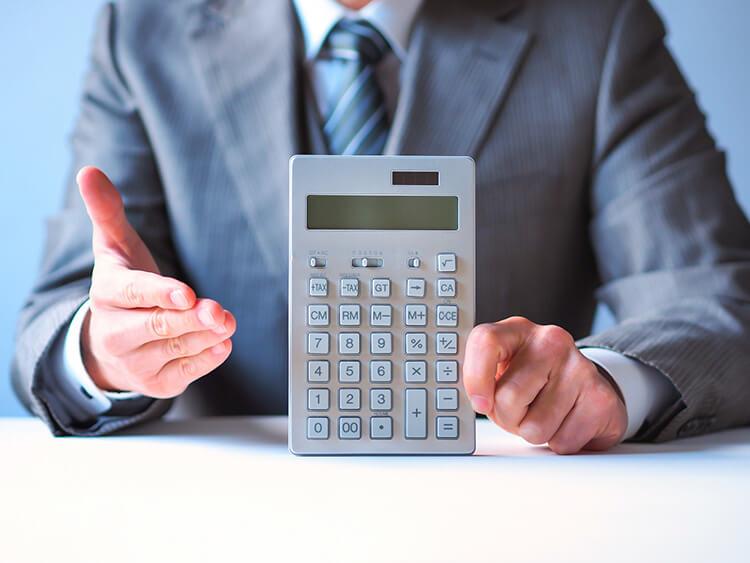 原価計算するビジネスマン