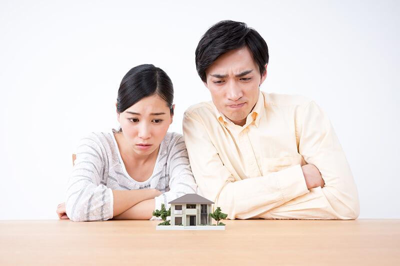 住宅会社をどこにしようかと、迷っている夫婦