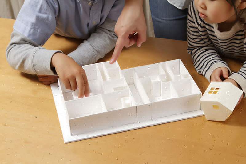 新築契約を検討している家族