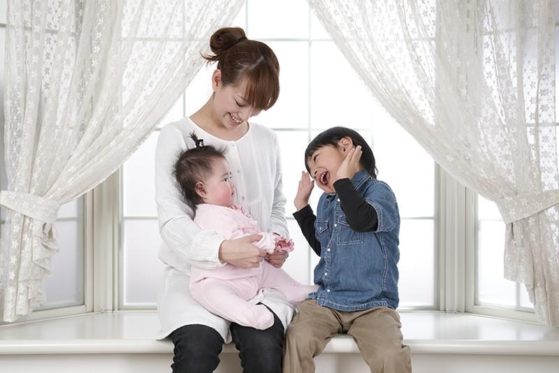 住宅エコポイントを利用して新築を購入した家族 母親と子供二人