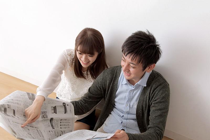 住宅資金贈与の拡大記事に喜ぶ夫婦