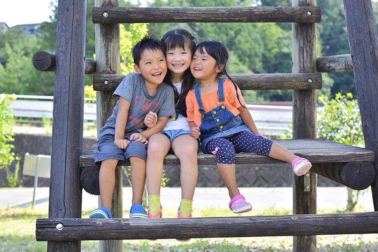 笑顔の子供3人