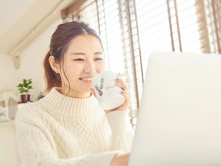 メールを読む笑顔の女性