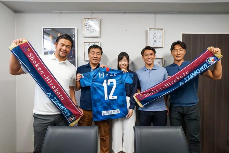 右から2番目が小川佳純監督。その右隣りがチョ・ヨンチョル選手。左端が巻佑樹ゼネラルマネージャーです。シーズン前に挨拶にきてくださったときの写真です。