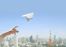 飛び立つ紙飛行機