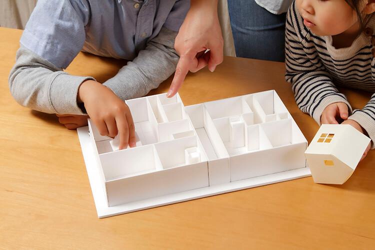 家の模型と親子
