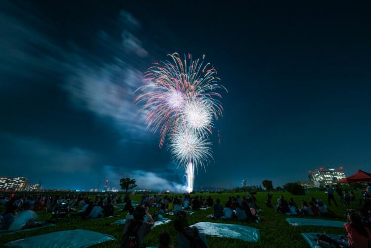 2019年9月1日(日)、淀川河川公園枚方地区で「ライトアップフェスティバル」のフィナーレとして夏の夜空に華麗な花火が舞い上がりました。