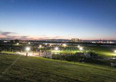 枚方市の花火大会 打ち上げ前の河川敷公園
