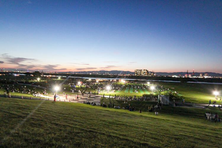 枚方市の花火大会 2018年打ち上げ前の河川敷公園