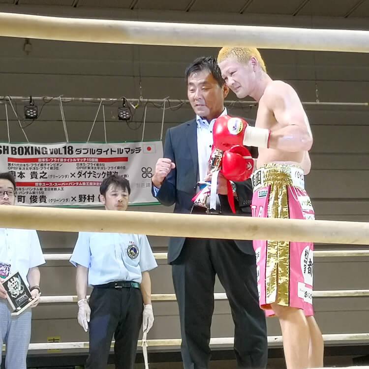 矢田良太選手も再起戦に勝利!トロフィーを贈呈したのは当社神野部長