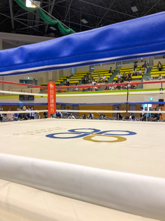 今回のエディオンアリーナでも匠建枚方がスポンサーを務めさせて頂きました(写真は2018年枚方市立総合体育館でおこなわれたクラッシュボクシング試合前のリング)。