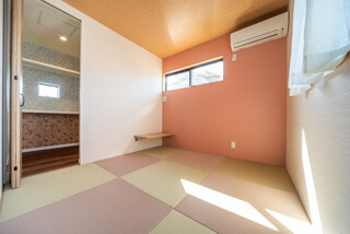 ピンクの壁紙と畳の和室(大阪府枚方市の注文住宅)
