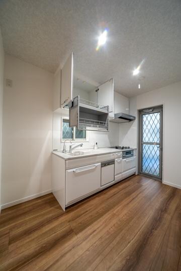 キッチンの上に昇降機付きの吊戸棚