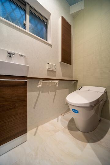 人感センサーつきの照明にトイレは100年クリーンのアクアセラミック