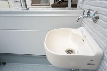 バルコニーには水道栓と手洗いボウル