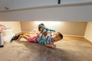 和室の吊戸棚の下は、子供たちの遊び場に!