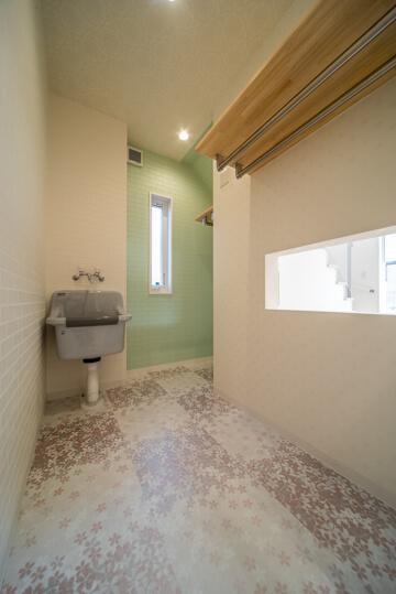 京都の注文住宅(観賞用の水槽 裏側の水槽スペース)