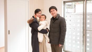 枚方の注文住宅 K様ご家族で竣工検査のときに記念撮影
