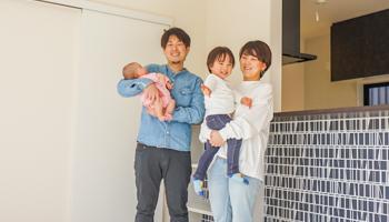 大阪の注文住宅 T様ご家族で竣工検査のときに記念撮影