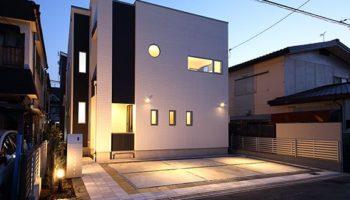 大阪T邸 - ダブル発電でエコ生活 機能的な白いスクエアハウス