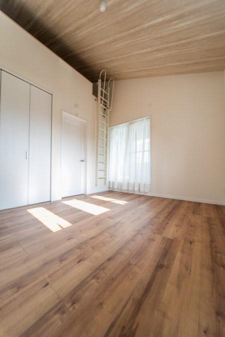 廊下の先は約7帖の主寝室。天井が高いですね~!寝室にロフトを設けられました。