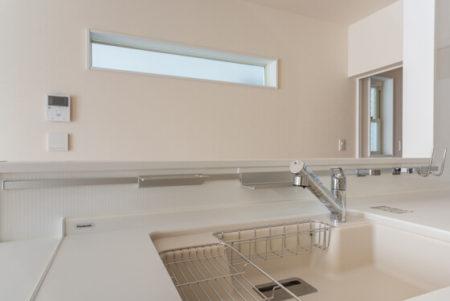 キッチンの立ち上がり造作壁面に「KAWAJUN(カワジュン)のキッチンレール1800mm」