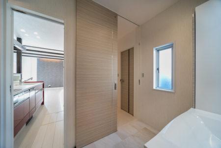 玄関から洗面室➡キッチン➡ホールとぐるぐる回れる動線