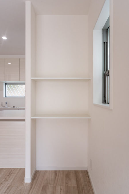 「セミフラット対面キッチン」のカウンター天板高さ&出幅に合わせて大工さんにオーダーして造作工事。