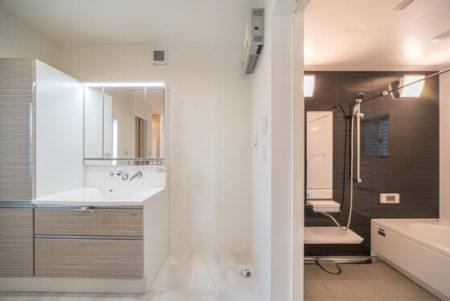 洗面化粧台の鏡は、スタイリッシュ三面鏡 。デザイン性と快適さを兼ね備えたハイグレードな3面鏡