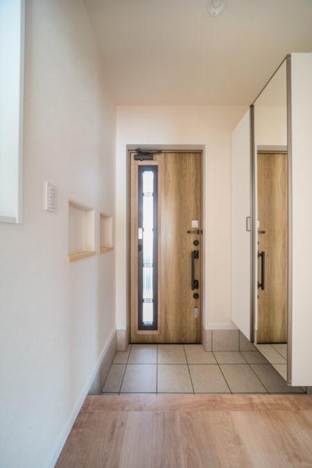 明るい光が差し込む玄関ドアは採風タイプ