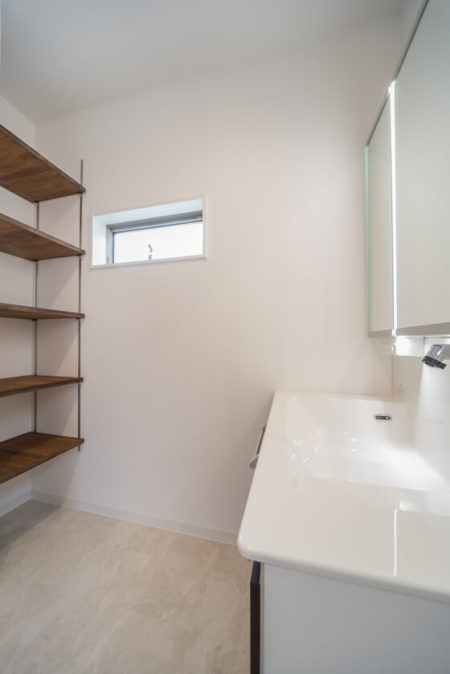 洗面化粧台の背面に可動式収納棚