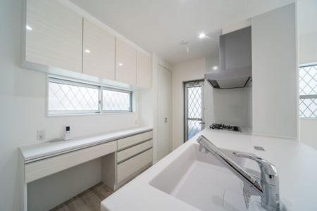 キッチンパネルは、造作壁の側面まで貼り伸ばしました。タカラスタンダードの「ホーロークリーンキッチンパネル」ですので、マグネットがピタッ!っとひっつく