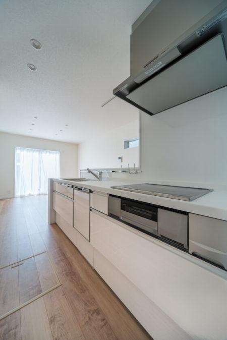 パナソニックのシステムキッチン「ラクシーナ」キッチンの扉の種類は、CV30シリーズ(鏡面/ラインホワイト)