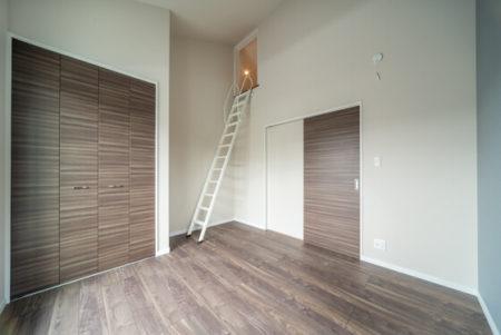 寝室は4帖のロフト付きなので、ロフトに上がるときに圧迫感がないよう、天井は勾配天井で仕上げています。開放感抜群!!