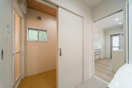 洗面室の奥に、別室で脱衣室を設けられました。