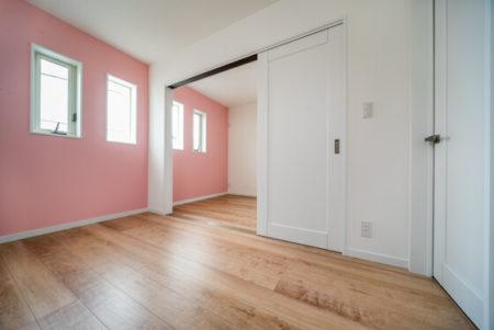 それぞれのお部屋は約5帖。3枚の引き違い戸で仕切ることができます