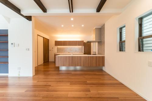 キッチンの床に床暖房対応のフロアタイルとフローリング