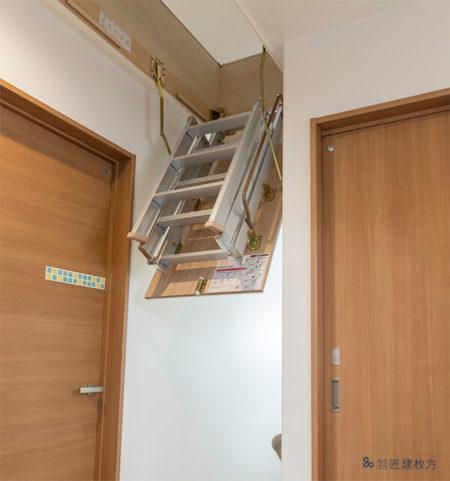 階段上には天井収納庫を設置されました。