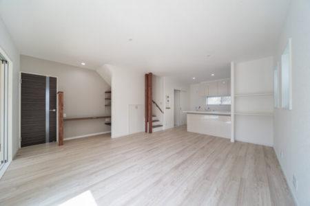 落ち着いたホワイト色の床材、Dフロア「チェスナット」に、化粧柱や可動棚のリボス塗装「ローズウッド」がきれい。