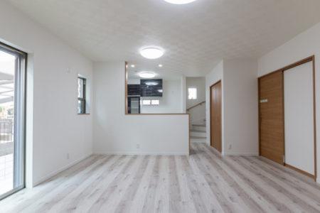 リビングからキッチンを見ると明るいお部屋の様子がわかります。