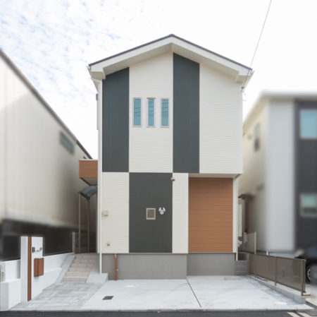 外観は印象的な配色です。ダークグリーンとアイボリーホワイトを1階と2階で交互に塗装。
