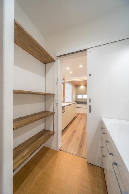 洗面室への動線は玄関ホールとキッチンからの2ウェイ。