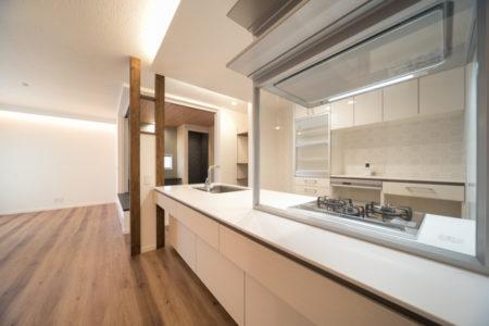 オープンキッチンは正面に壁がなくスッキリお使いいただける利点があります。