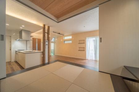 和室の扉は、二方向に2枚引き戸があるタイプで、両サイドに引き分けることができます。