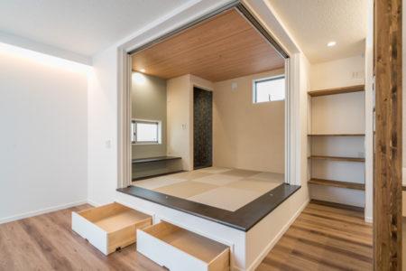 床から420mm上げ段差を利用して和室に引出収納を造作しています。