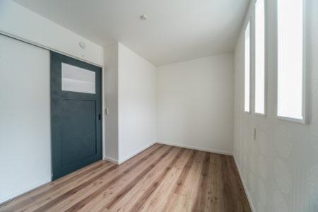 子供室①はヴィンテージカラーのダークグリーンの扉を採用されました