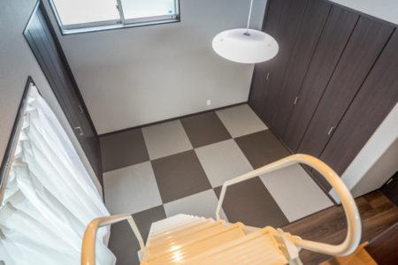 寝室に敷き詰められた畳は高級和紙畳の清流。千鳥格子に濃淡のある畳をアレンジ。モダンな和室に仕上りました。