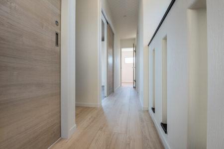 2階のホールの床と扉もチェスナット