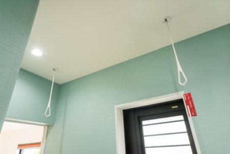 天井には、脱着できる物干し竿かけ「キョーワナスタのエアフープ」を設置しています。