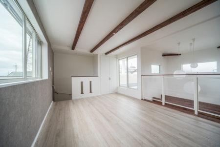こちらは3階のリビングルーム。床材は同じくDフロアーで人気の柄、チェスナットです。